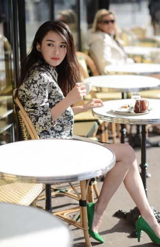 秦岚喝咖啡 长得美不清雅喝咖啡