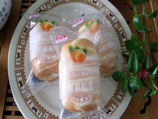同烁菠萝果粒面包